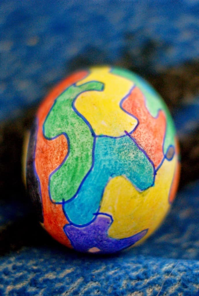 Am I the only one who doesn't want to dye Easter eggs? I just don't love the mess of it, the time it takes, and the fact that the egg will rot. As a whole the whole endeavor leaves me ready to scream. Well, I should say it used to leave me ready to scream. Now I love decorating Easter Eggs with my kids. Let me share some tips to save you some time.